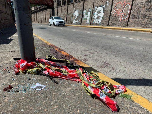 Los rastros del terrible impacto de auto contra la columna.