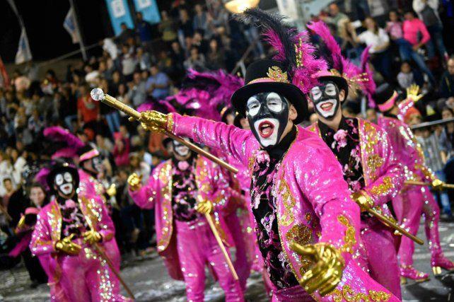 Todo el colorido y alegría se despliega en el carnaval uruguayo.