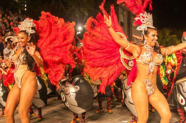 El desfile de vedettes por las calles de Montevideo. Una postal del carnaval. (Foto: gentileza Leo Correa)