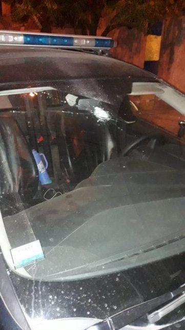 El patrullero recibió un impacto en el parabrisas