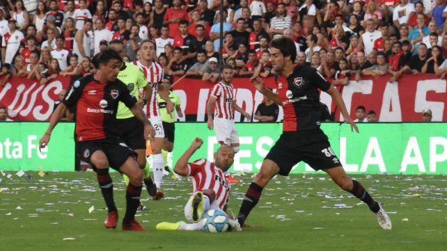 Dividida. Albertengo traba con Mascherano y Formica mira al lado. A la lepra le faltó potencia en ofensiva.