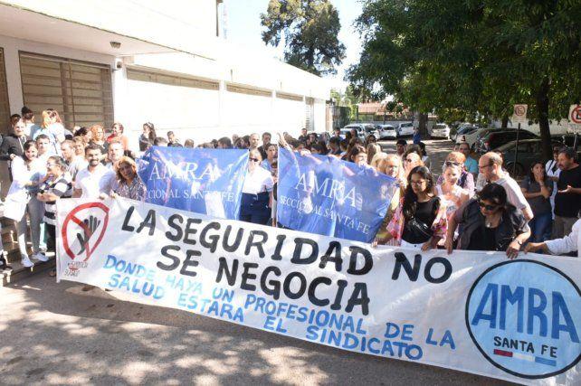 Trabajadores de la salud pidieron más seguridad en los hospitales. Fue esta mañana en el Roque Sáenz Peña