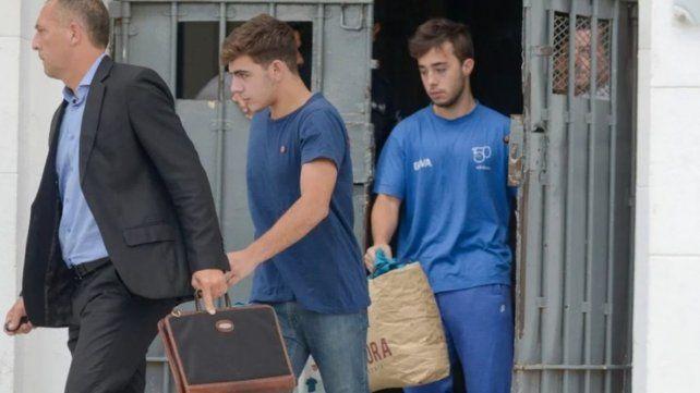 Liberados. Los rugbiers Alejo Milanesi y Juan Pedro Guarino salen de la cárcel con el abogado Hugo Tomei.