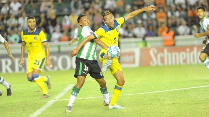 Dos 9 arriba. Marco Ruben la peleó en cancha del Taladro pero no tuvo chances de gol. Atrás Ribas está atento a la jugada.