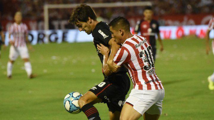 Aguanta. Albertengo soporta la marca de Fuentes. El atacante anduvo flojo y para colmo sufrió un esguince.
