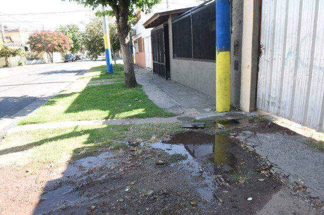 Otro de los medidores robados anoche en barrio Belgrano.