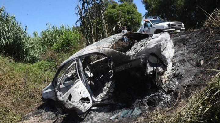 El Chevrolet Aveo fue quemado en un zanjón. Su dueño estaba sin vida a pocos metros