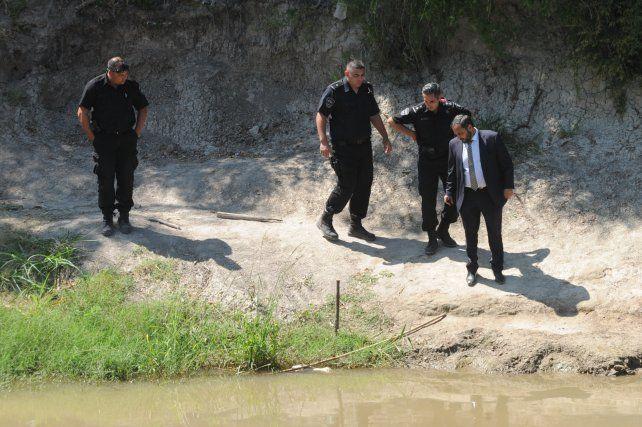 El fiscal Adrián Spelta durante la recorrida de ayer por la vera del Saladillo.