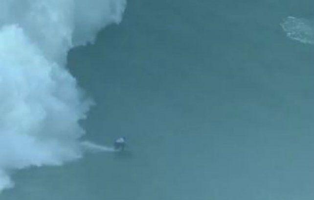 Alex Botelho perdió el equilibrio sobre la tabla y fue envuelto por una potente ola.