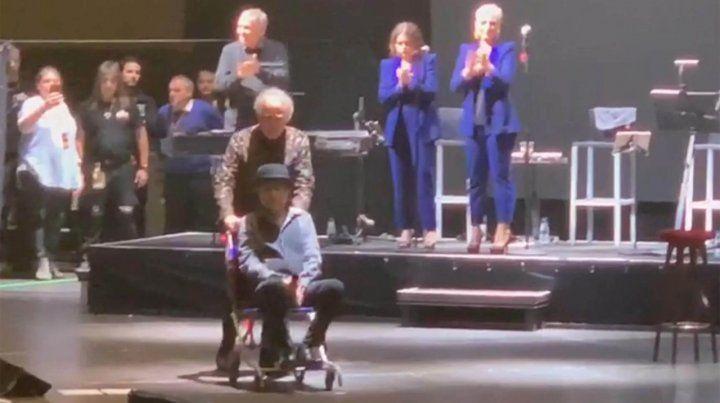 Joaquin Sabina se retira del escenario en silla de ruedas y flanqueado por Joan Manuel Serrat.