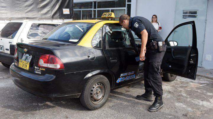 El final. Un policía inspecciona el taxi con el que la víctima logró llegar hasta una estación de servicios.
