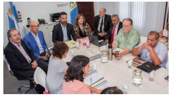 A la mesa. Autoridades y gremialistas