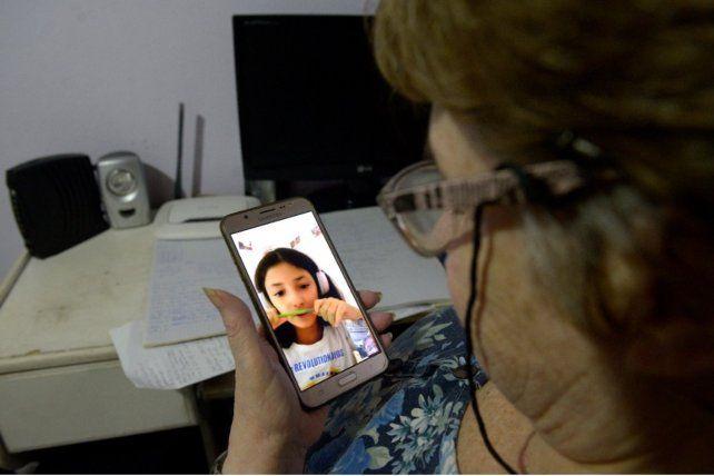Susana Baudissonese conecta a través de video llamada con su nieta violeta.