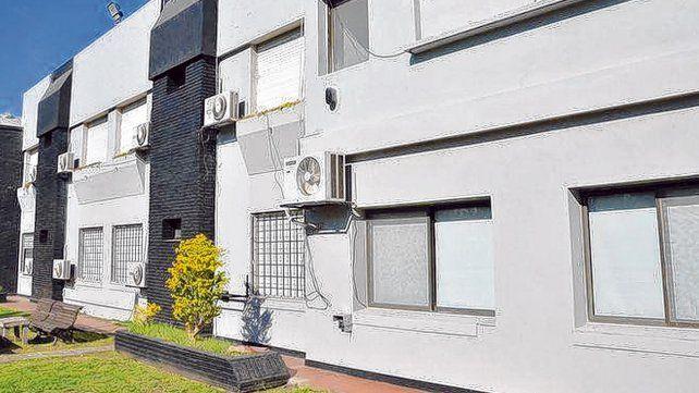 Disponibilidad. El complejo rojinegro cuenta con 18 habitaciones repartidas en dos pisos. Había 40 camas