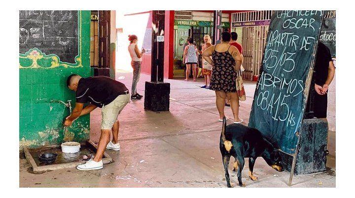 Concurrido. En el centro comercial de barrio Rucci los clientes hacen cola en la vereda.