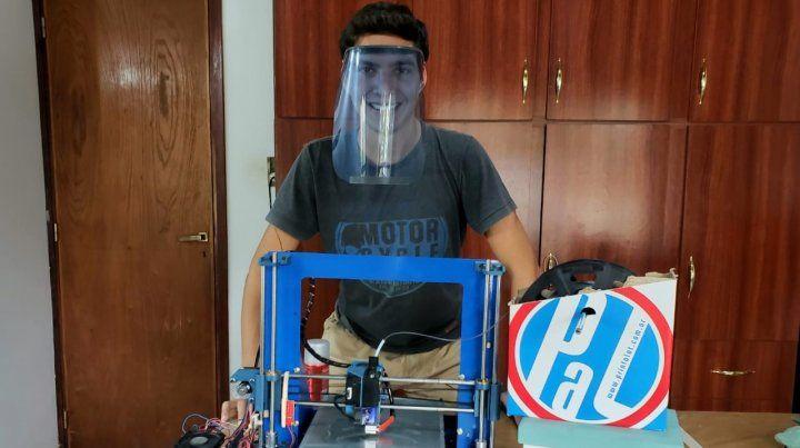 Un joven estudiante fabrica viseras faciales en 3 D para donar