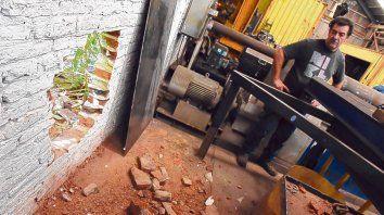 Desolación. El dueño de Dimametal observa el agujero que hicieron los ladrones para entrar al galpón.