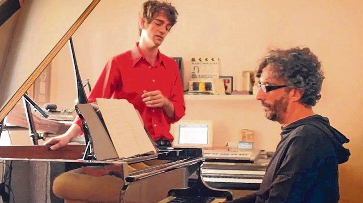 Equipo. Pablo Dacal junto a Fito Páez en el valioso y premiado trabajo del director Julián Chalde.