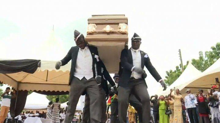 Uno de los africanos que baila con un ataúd en el meme viral es admirador de Messi