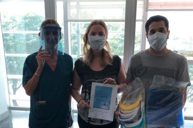 Natalí y Gabriel, entregando las máscaras en el Hospital de Emergencias Clemente Álvarez