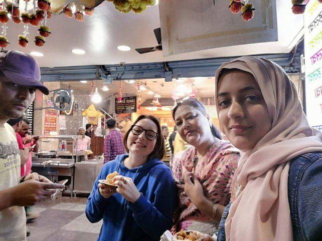 Masood, Kiki, Farida y la hermana de su amigo, antes de la cuarentena.