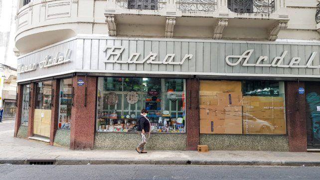 La vidriera del Bazar Ardel, dañada por los piedrazos