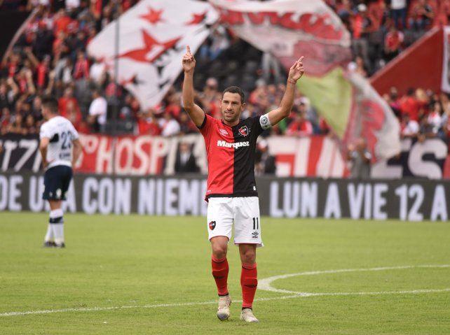 Maxi Rodríguez, con los brazos en alto en el Coloso. Jugará más allá de los 40