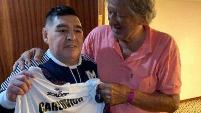 Maradona con la camiseta que le regaló el Trinche en febrero último.
