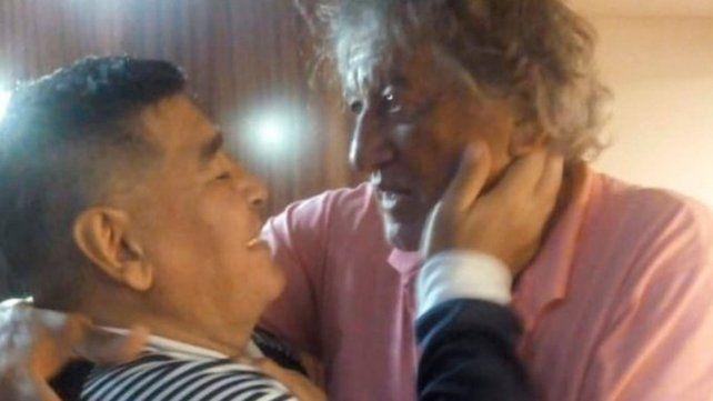 Maradona le demostró todo su afecto al Trinche Carlovich.