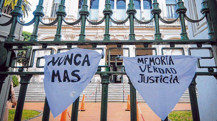 Memoria y justicia. La lectura de las sentencias fue por videoconferencia para respetar la cuarentena.
