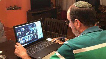 El rabino Pablo Iugt se conecta con sus fieles por zoom y a los mayores de 60 años los llama por teléfono para contenerlos.