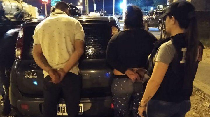 La pareja al ser detenida por efectivos de la División Homicidios de la Agencia de Investigación Criminal en Ovidio Lagos y Circunvalación