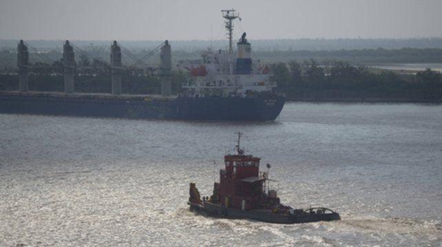 Menos carga. Barcos y barcazas ven reducida sus capacidad de transporte por la bajante.