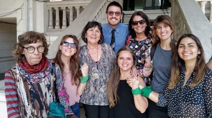 Adriana Beade junto a sus abogadas y abogado: Gabriela Durruty