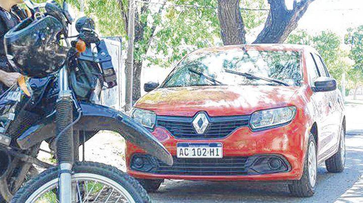 Robado. El Renault Logan usado para cometer el crimen de Sánchez fue abandonado en pasaje Ezeiza al 600.