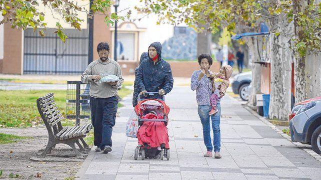 Distracción. Pese al frío algunos se animaron a dar una vuelta en Villa Gobernador Gálvez. Perotti firmó ayer el decreto que autorizó las caminatas.