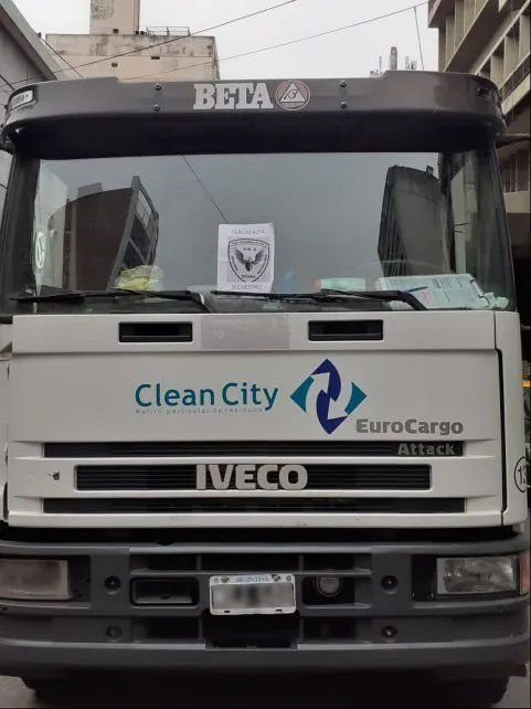 El camión recolector de residuos secuestrado por la policía.