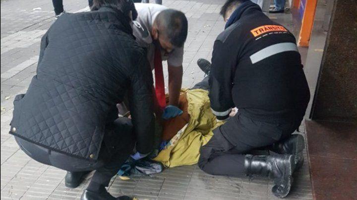 Los agentes de Tránsito le salvaron la vida al hombre realizándole RCP.