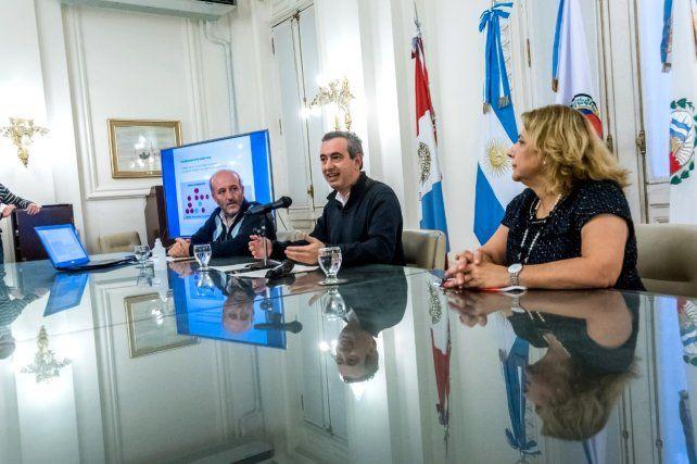 Javkin brindó los detalles junto al secretario de Salud municipal, Leonardo Caruana, y la secretaria de Salud provincial, Sonia Martorano.