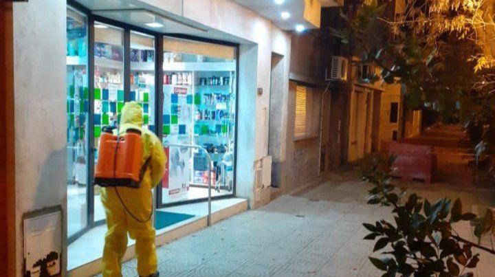 En acción. Trabajadores de Arroyo desinfectan los comercios por la noche.