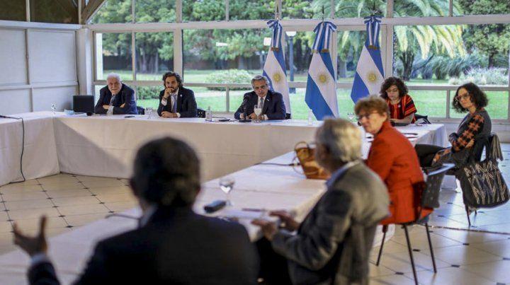 El presidente recibió ayer a la tarde en Olivos al comité de expertos. Luego habló con los gobernadores por videoconferencia.