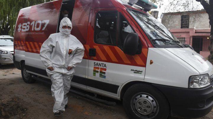 Un trabajador sanitario desciende de una ambulancia frente a un centro de salud municipal del barrio Las Flores de Rosario.