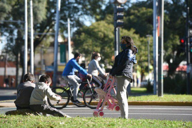 La gente se volcó masivamente a las calles  en el segundo día de caminatas y salidas recreativas en Rosario.