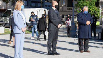 Con barbijos y distanciamiento social, Perotti bajó las escalinatas de la Casa Gris escoltado por la vicegobernadora y titular del Senado, Alejandra Rodenas; el intendente de Santa Fe, Emilio Jatón, y el presidente de la Corte Suprema de Justicia, Rafael Gutiérrez.