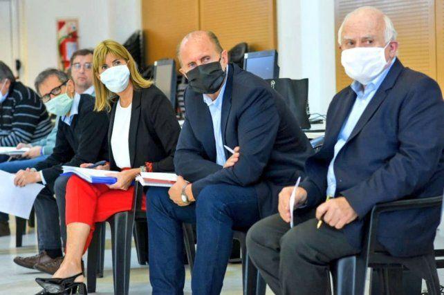 El gobernador Perotti (centro) aparece en una lista de espiados por el gobierno anterior.