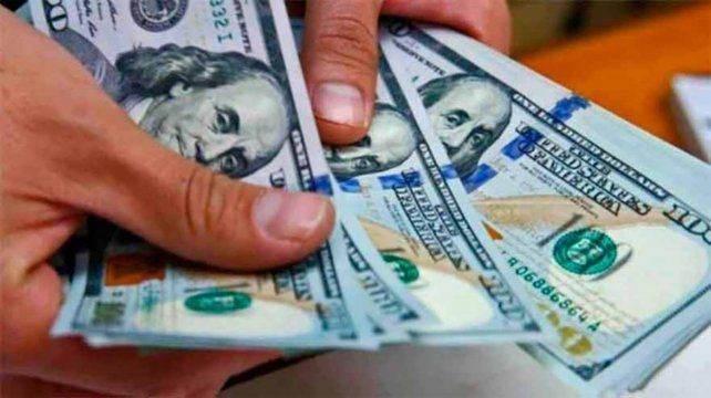 El dólar blue siguió subiendo y cerró a 129 pesos