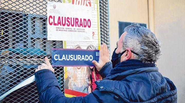 Clausurado. Un inspector de la Secretaría de Comercio Interior coloca la faja de clausura