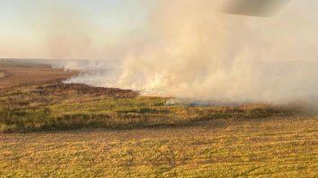 Hoy se iniciaron las tareas de extinción de focos de incendios en la zona de islas con el uso de un helicóptero.