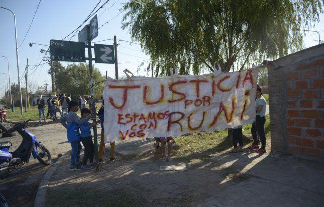 Reclamo y venganza. El pedido de justicia por Runi y el quiosco de drogas derrumbado por la gente.