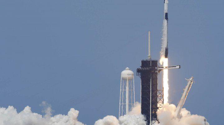 La Nasa y SpaceX lanzaron al espacio su primera misión conjunta.